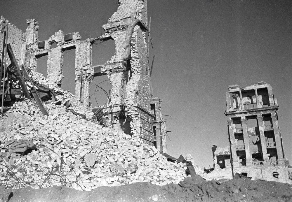Budynki zniszczone w wyniku walk ulicznych w Stalingradzie w 1942 roku.