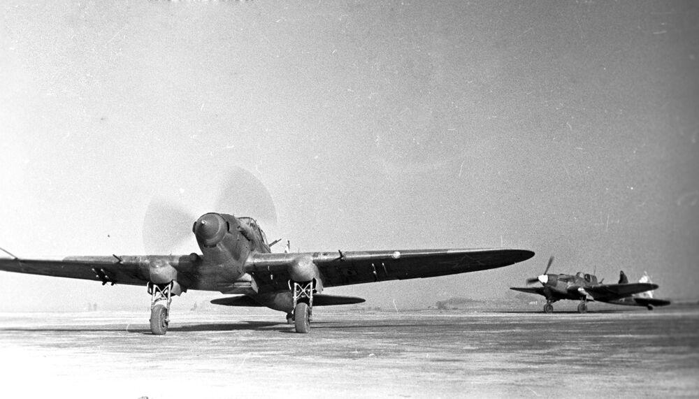 Samoloty szturmowe lecą na zadanie bojowe podczas bitwy stalingradzkiej w styczniu 1943 roku.