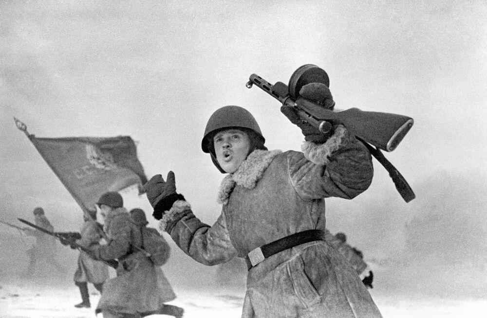 Żołnierze Frontu Leningradzkiego przystępują do ataku (1943 rok).