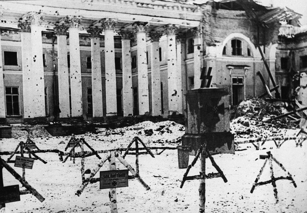 Cmentarz przed budynkiem Pałacu Aleksandrowskiego w Puszkinie (w Carskim Siole) w 1944 roku.