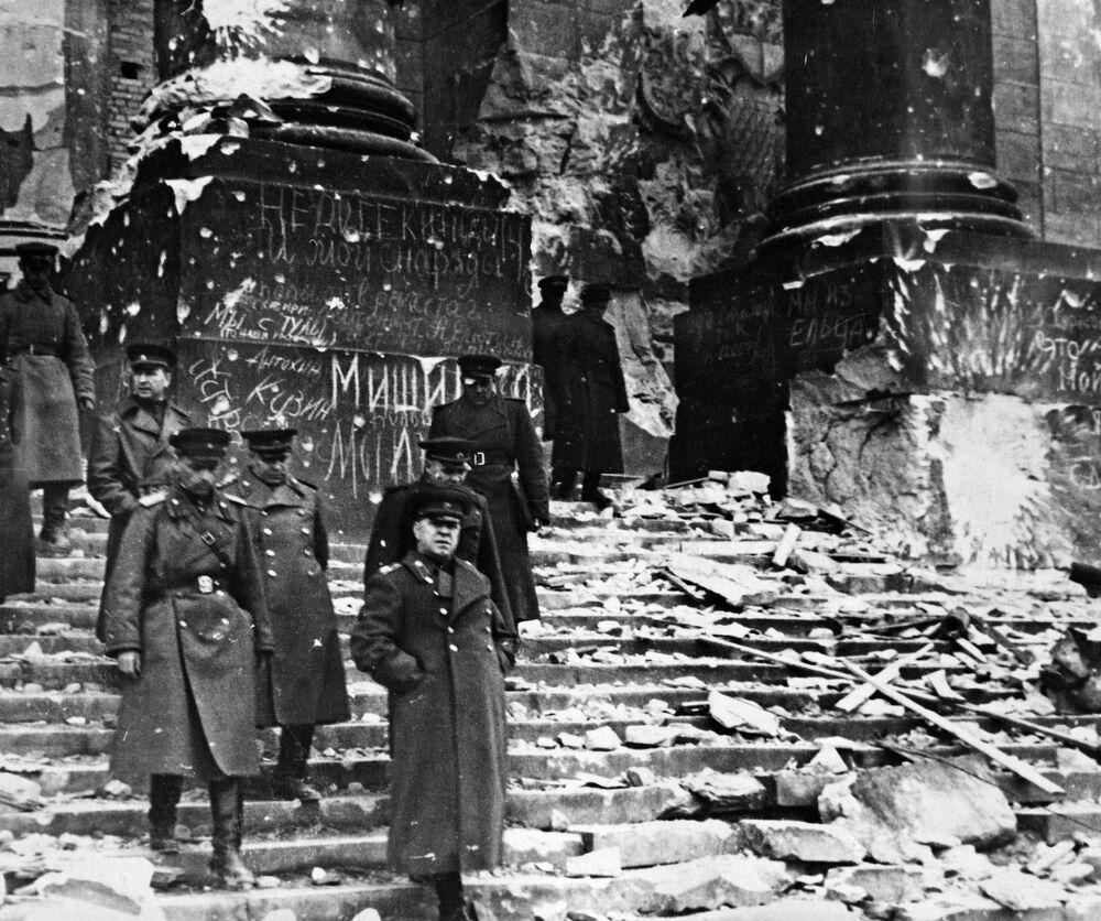 Marszałek ZSSR Gieorgij Żukow przed gmachem Reichstagu.