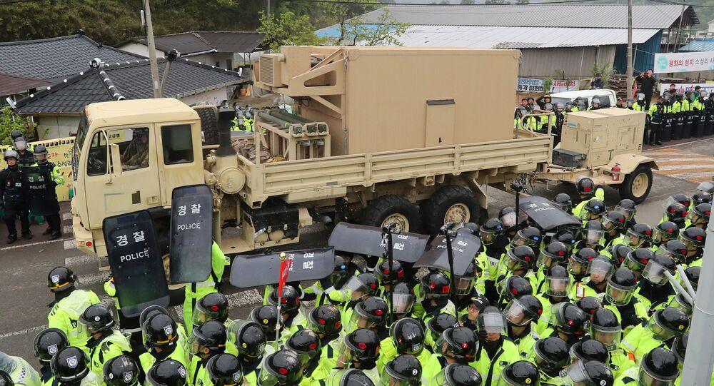 Protestujący i policja na drodze sprzętu THAAD na miejsce instalacji