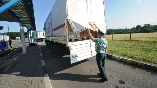 Rosyjski funkcjonariusz straży granicznej sprawdza ładunek na granicy rosyjsko-ukraińskiej w obwodzie rostowskim - Sputnik Polska