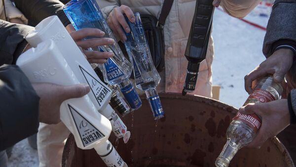 Utylizacja nielegalnego alkoholu w Kirgistanie - Sputnik Polska