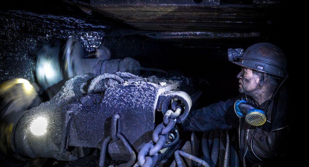 Górnik wydobywa węgiel