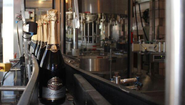 Pierwszy szampan Massandry na taśmie produkcyjnej - Sputnik Polska