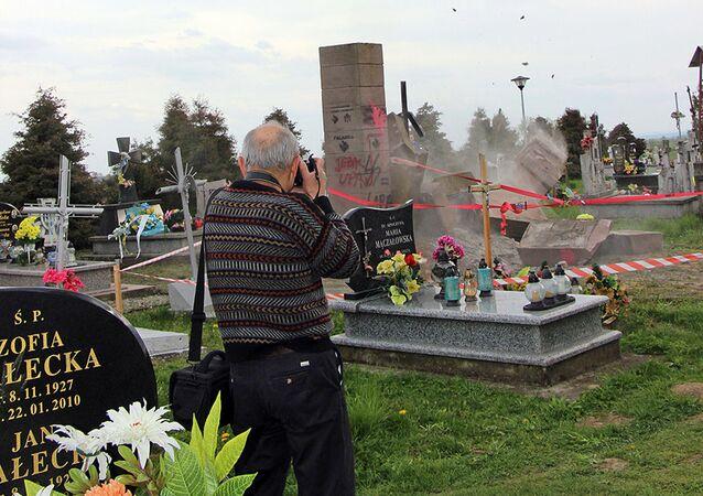 Demontaż pomnika UPA na cmentarzu we wsi Hruszowice koło Przemyśla
