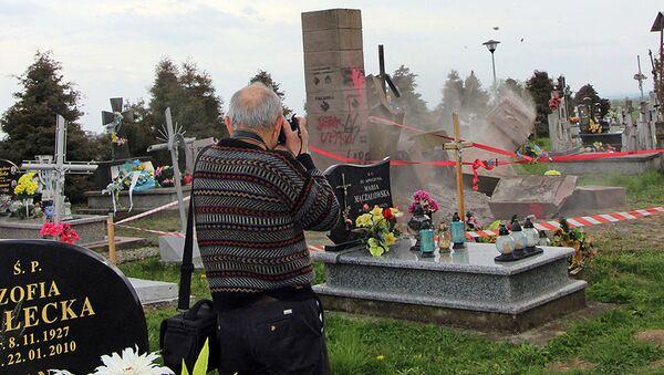Demontaż pomnika UPA na cmentarzu we wsi Hruszowice koło Przemyśla - Sputnik Polska