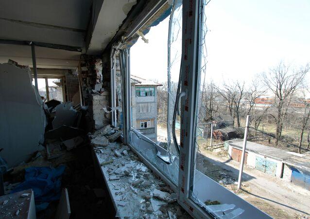 Mieszkanie w zniszczonym domu w wyniku ostrzału ukraińskich sił zbrojnych w miejscowości Donieck-Siewiernyj