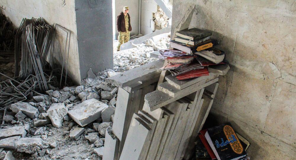 Koran i inne islamskie książki w miejscu bombardowania meczetu w Aleppo