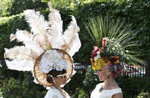 Uczęstniczka Royal Ascot w niezwykłym kapeluszu - Sputnik Polska