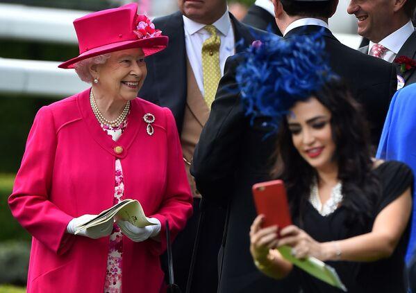 Królowa Wielkiej Brytanii Elżbieta II na Royal Ascot - 2015 - Sputnik Polska