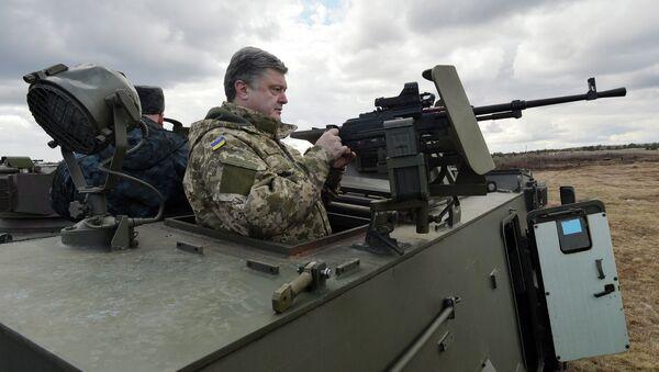 Prezydent Ukrainy Petro Poroszenko w brytyjskim transporterze opancerzonym Saxon - Sputnik Polska
