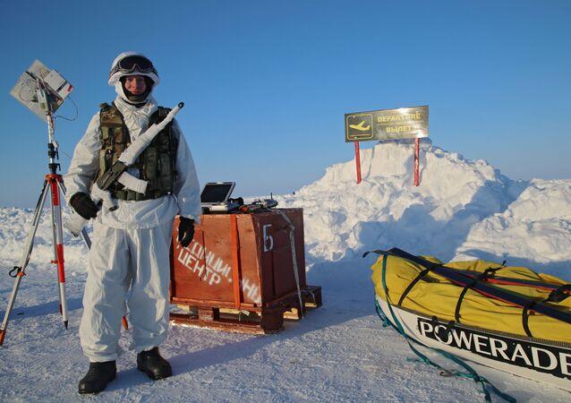 Uczestnik ekspedycji na Biegun Północny zorganizowanej przez Centrum Ekspedycyjne Ministerstwa Obrony Rosji
