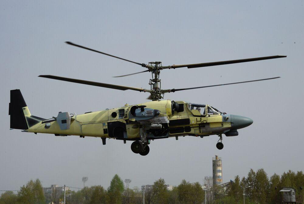 Śmigłowiec Ka-52 Aligator w czasie lotu pokazowego w Zakładzie Lotniczym Progress w Kraju Nadmorskim.