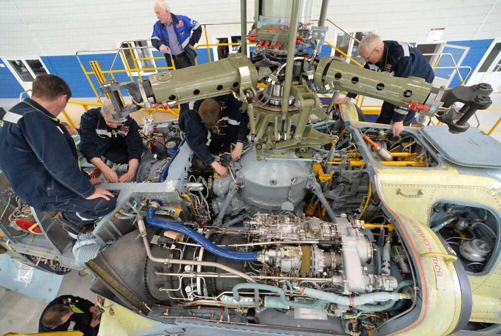 """Pracownicy w montowni śmigłowców Ka-52 Aligator w Zakładzie Lotniczym """"Progress"""" w Kraju Nadmorskim."""