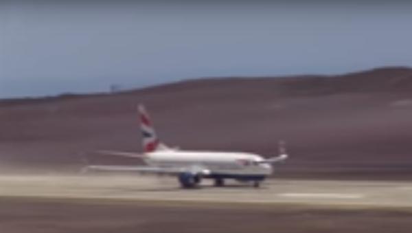 Pierwsze lądowanie na najbardziej bezużytecznym lotnisku - Sputnik Polska