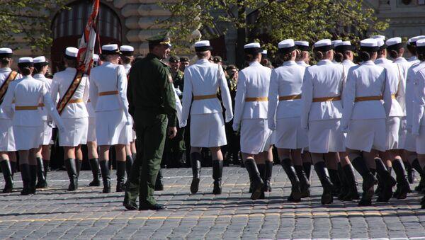 Piękne kobiety w mundurach przyciagaja wzrok nie tylko innych wojskowych, ale tez publicznosci - Sputnik Polska