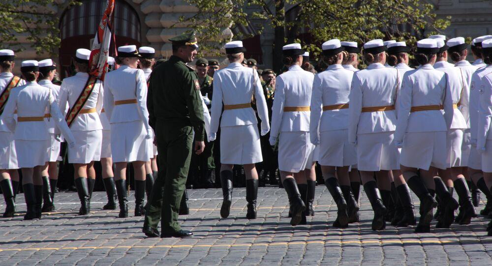 Piękne kobiety w mundurach przyciagaja wzrok nie tylko innych wojskowych, ale tez publicznosci