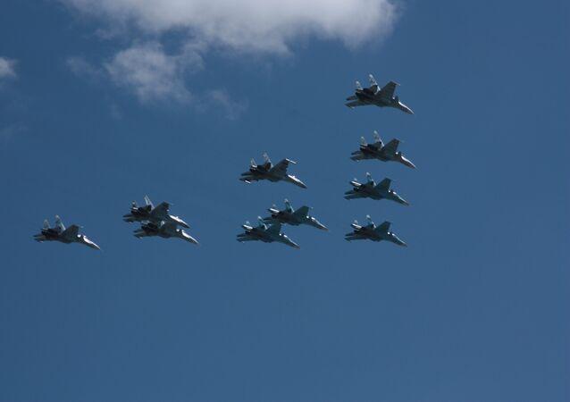 Su-34 w niebie nad Moskwą