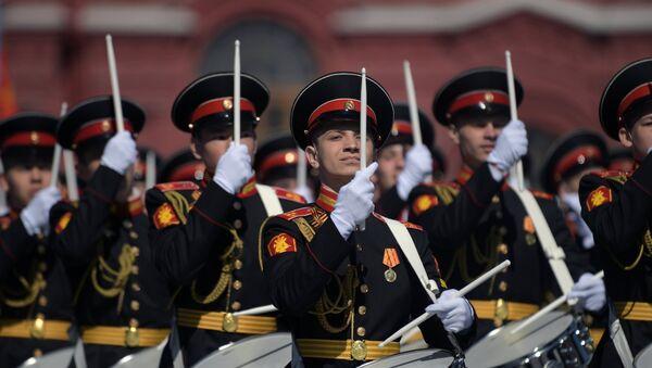 Dobosze Wojskowej Akademii Muzycznej Ministerstwa Obrony Rosji na Placu Czerwonym - Sputnik Polska