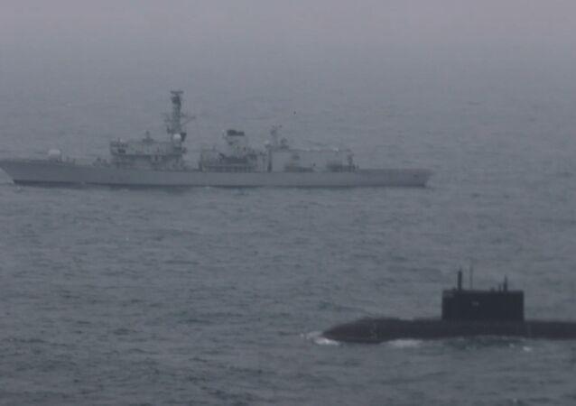 Pod brytyjskim nadzorem: Rosyjski okręt podwodny przepłynął przez kanał La Manche w towarzystwie