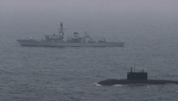 Pod brytyjskim nadzorem: Rosyjski okręt podwodny przepłynął przez kanał La Manche w towarzystwie  - Sputnik Polska