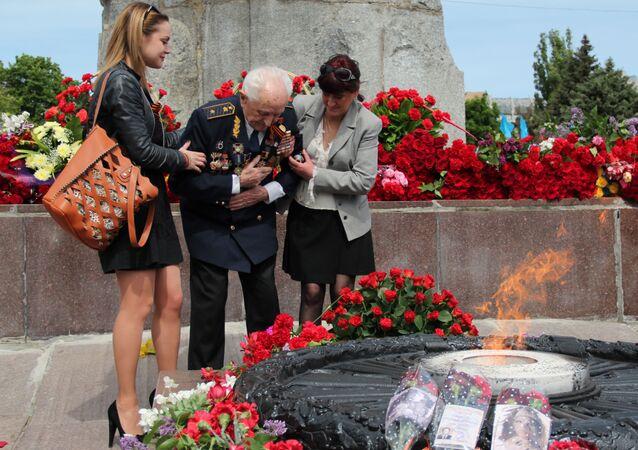 Weteran składa kwiaty w Dniu Zwycięstwa, Dniepr