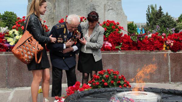 Weteran składa kwiaty w Dniu Zwycięstwa, Dniepr - Sputnik Polska