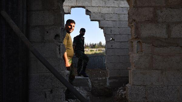 Żołnierzy syryjskiej armii na linii rozgranicajacej strony konfliktu, na przedmieściach Damaszku Wschodnia Guta, gdzie obowiązuje porozumienie o zawieszeniu broni - Sputnik Polska