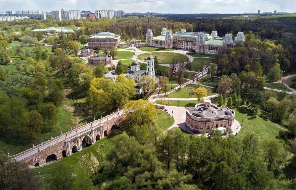 """W czerwcu odbędzie się letni quest """"Cienistymi alejami"""", którego uczestnicy będą musieli odpowiedzieć na pytania o budowę liści i cechy szczególne roślin rosnących na terenie parku."""