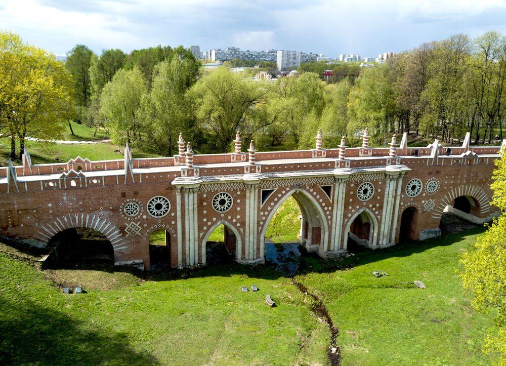 Wielki kamienny most ponad jarem to największy z zachowanych mostów XVIII wieku.