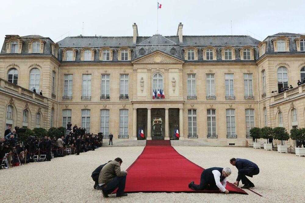 Przygotowania do ceremonii zaprzysiężenia prezydenta elekta Francji Emmanuela Macrona przed Pałacem Elizejskim w Paryżu.