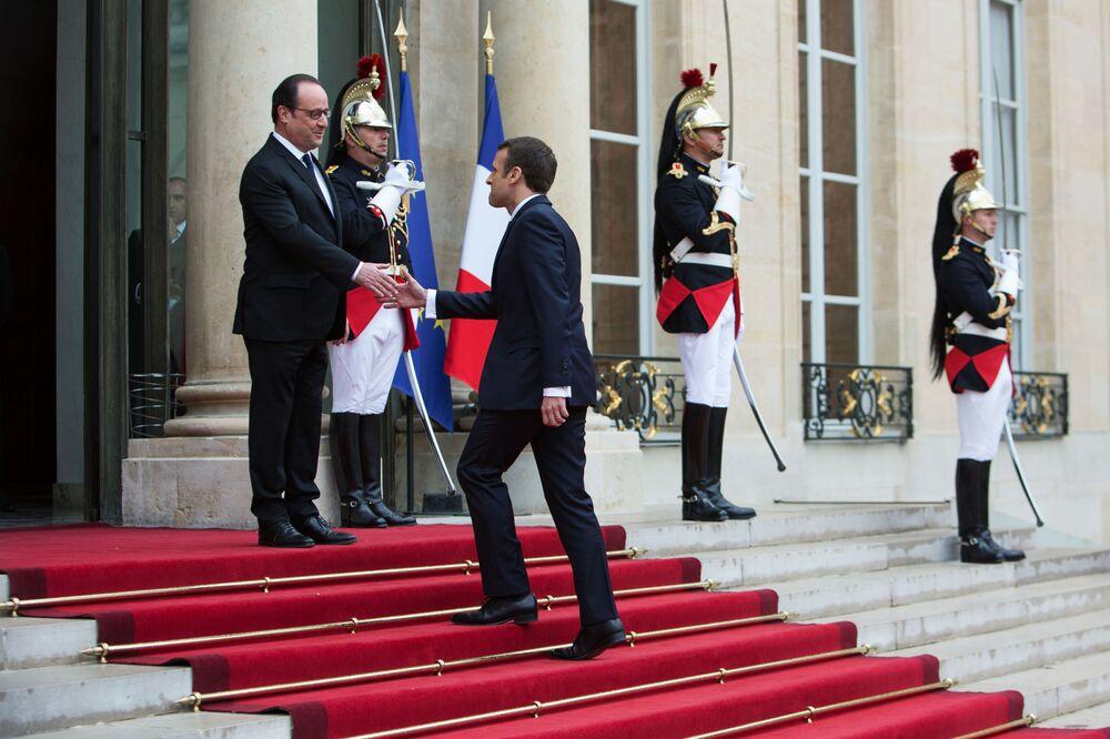 Prezydent Francji Francois Hollande i prezydent elekt Emmanuel Macron podczas ceremonii zaprzysiężenia w Paryżu.