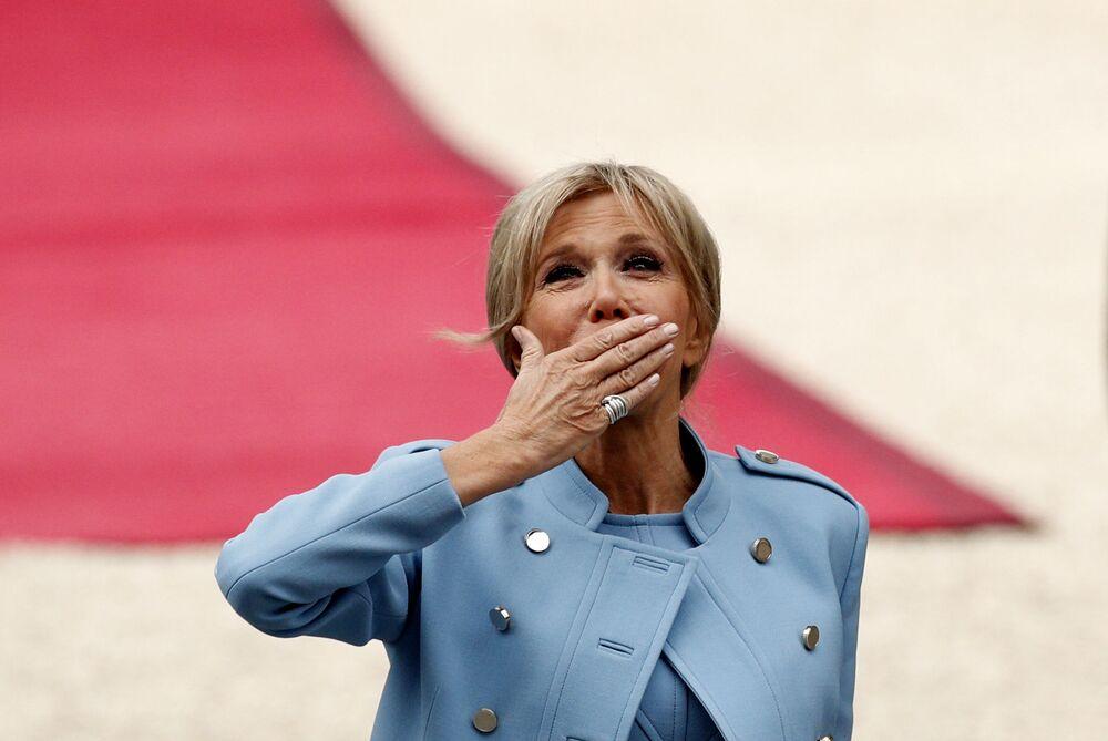 Małżonka prezydenta elekta Francji Emmanuela Macrona przed rozpoczęciem ceremonii zaprzysiężenia.