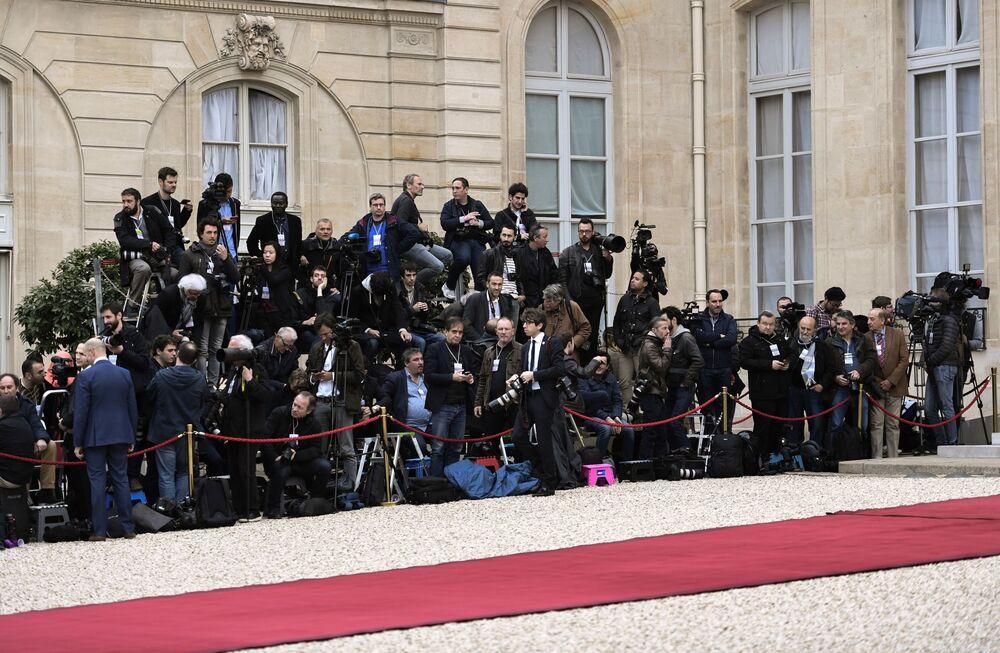 Dziennikarze w oczekiwaniu rozpoczęcia ceremonii zaprzysiężenia prezydenta elekta Francji Emmanuela Macrona.