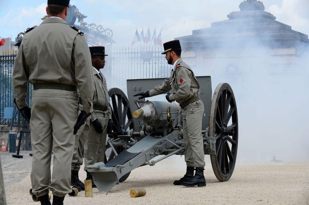 Salwa z armaty po zakoczeniu ceremonii zaprzysiężenia prezydenta elekta Francji Emmanuela Macrona.