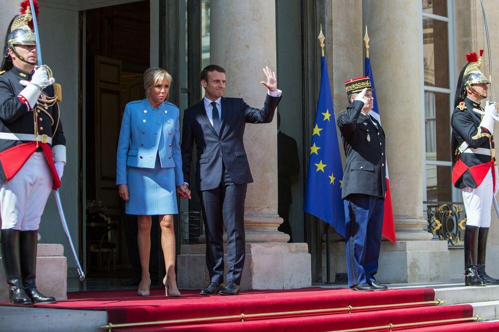 Prezydent Francji Emmanuel Macron ze swoją małżonką Brigitte po zakoczeniu ceremonii zaprzysiężenia.