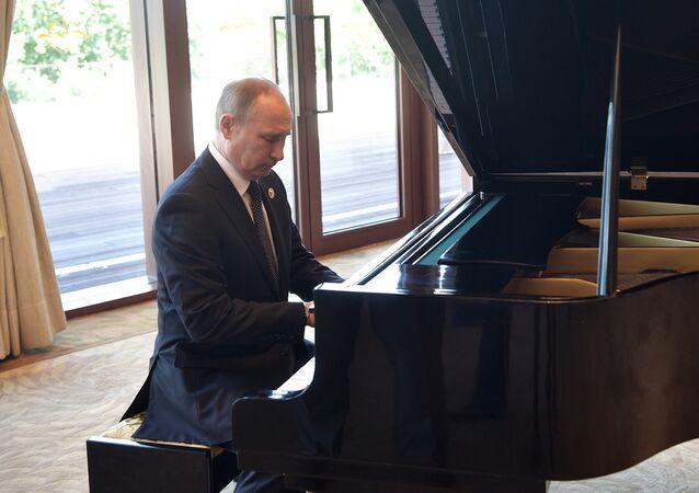 Putin zagrał na pianinie oczekując na Xi Jingpinga