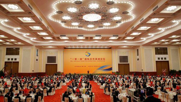Goście słuchają prezydenta Chin Xi Jinpinga podczas jego przemówienia w Wielkiej Sali Ludowej podczas pierwszego dnia Międzynarodowego forum Jeden pas, jedna droga w Pekinie - Sputnik Polska