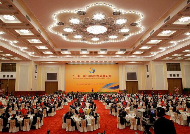 Goście słuchają prezydenta Chin Xi Jinpinga podczas jego przemówienia w Wielkiej Sali Ludowej podczas pierwszego dnia Międzynarodowego forum Jeden pas, jedna droga w Pekinie