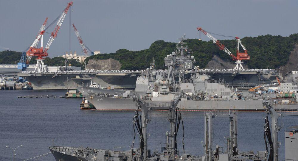 Lotniskowiec amerykańskiej marynarki wojennej Ronald Reagan w porcie miasta Yokosuka w Japonii
