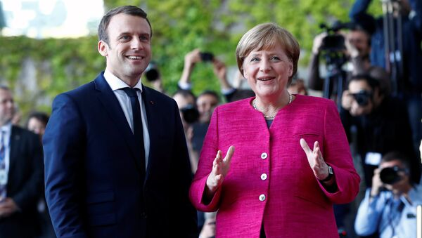 Emmanuel Macron i Angela Merkel w Berlinie - Sputnik Polska