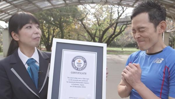 Japończyk, który pobił światowy rekord Guinessa w skokach na ogromnej skakance - Sputnik Polska