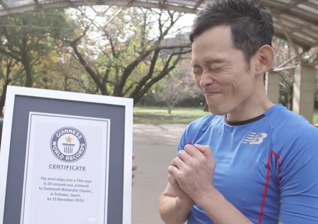 Japończyk, który pobił światowy rekord Guinessa w skokach na ogromnej skakance