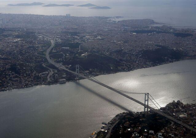 Widok na most przez Cieśninę Bosfor w Stambule