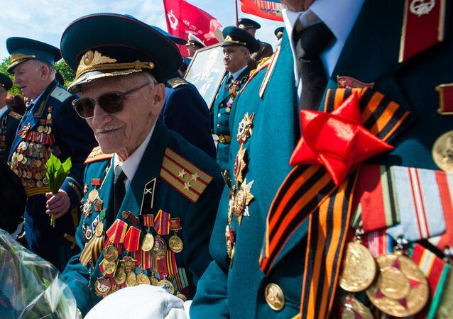 Weterani Wielkiej Wojny Ojczyźnianej pod pomnikiem Lenina w Charkowie