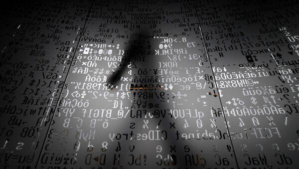 Sylwetka za szklaną ścianą z urządzeniem do kodowania symboli. Siedziba Kaspersky'ego w Moskwie - Sputnik Polska