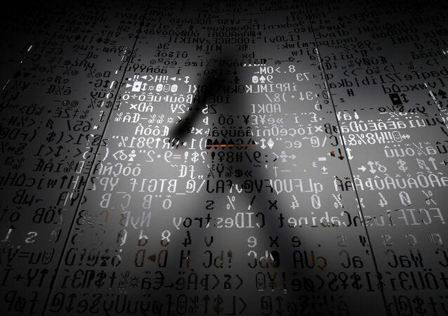 Sylwetka za szklaną ścianą z urządzeniem do kodowania symboli. Siedziba Kaspersky'ego w Moskwie