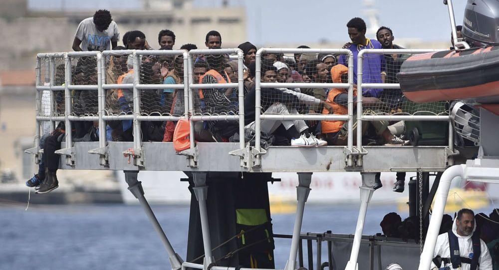 Imigranci we włoskim porcie